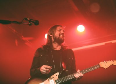 Definitely enjoying the music and the set, guitarist and singer Russell Marsden of Band of Skulls. Photo: Logan Sorenson @Lmsorenson