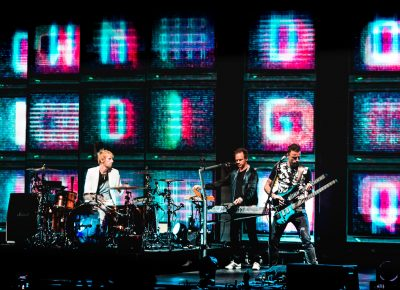 Drummer Dominic Howard and bassist Chris Wolstenholme playing with changing patterns on the panels behind. Photo: Lmsorenson.net