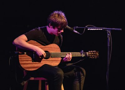 Jake Bugg takes the stage and begins playing. Photo: Lmsorenson.net