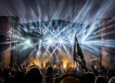Bright lights hypnotize the crowd.