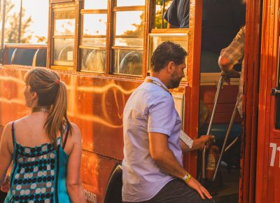 As the sun begins to set, Tastemakers attendees rush to jump on the bus to Finca. Photo: Talyn Sherer