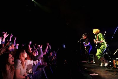 Tessa Violet, band and fans jumping together. Photo: @Lmsorenson Photography