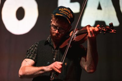 Matt Heckler plays a solo performance of vocals and violin and commands the attention of the whole room. Photo: @Lmsorenson