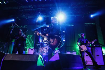 Flogging Molly takes the stage and start playing the favorites. Photo: @Lmsorenson