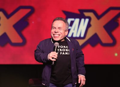 Actor Warwick Davis comes on stage to a loud roar of fans. Photo: @Lmsorenson