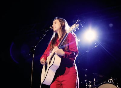 Jade Bird with her guitar. Photo: @Lmsorenson
