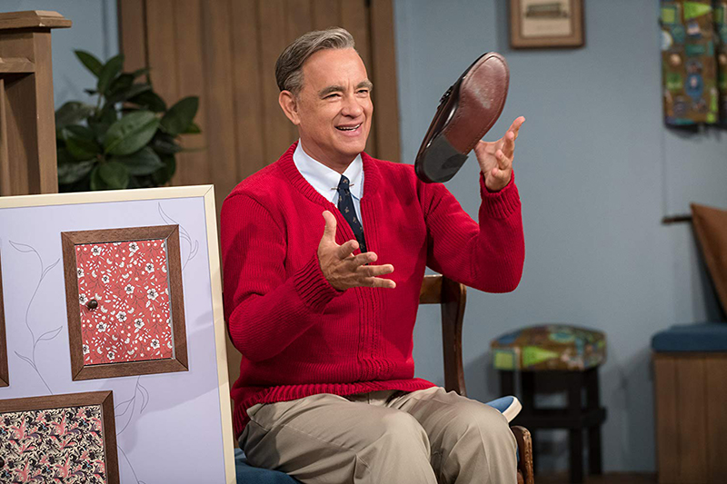 In a Beautiful Day in the Neighborhood, American treasure Tom Hanks captures Fred Rogers' gentle aura without doing a self-conscious imitation.
