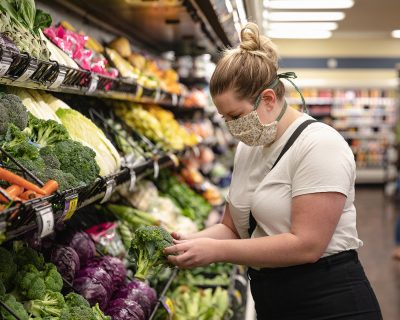 Danielle Susi shops for produce the smart way.